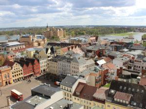 Den besten Ausblick über den Dächern der Stadt genießt man vom Turm des Schweriner Doms.