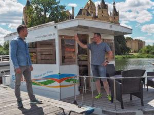 Ganz gemütlich und entspannt über den Schweriner See, das geht am besten mit einem Cosy Hausboot.