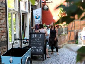 Leckeres Softeis aus den original Ilka Softeismaschinen lockt die Kunden in Scharen in die Enge Straße zu Ilka Eis.