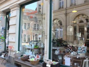 """Besuchern der Altstadt huscht häufig ein Grinsen über das Gesicht, wenn Sie den Laden """"Schwer in"""" in der Friedrichstraße 4 erblicken. Der Name passt nicht nur zur Stadt, auch zum Sortiment."""