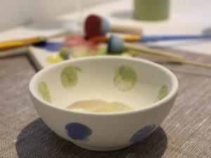 Keramik anmalen kann jeder, das beweist uns Martina Menzel in ihrer Tuscherei.