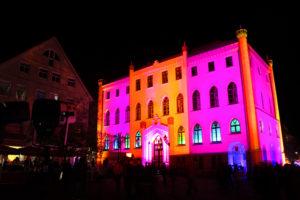 Der Lichtkünstler PeterMichael Metzler hat bereits in zahlreichen anderen deutschen Städten, wie hier in Waren/ Müritz, verschiedenste Bauwerke zum Strahlen gebracht.