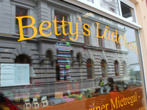 Bettina Reuker eröffnete ein Mietregal für Schwerin