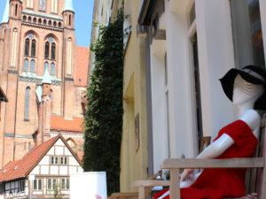 Markenzeichen der Boutique Anziehend in der Buschstraße ist das rote Kleid.