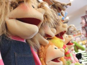 Spielzeug kennt kein Alter. Im Lirum Larum stehen die Erwachsenen oft länger vor den Regalen als die Kinder.