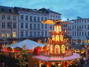 Der Schweriner Weihnachtsmarkt ist endlich wieder da. Vom 26. November bis 30. Dezember lädt der Stern im Norden rund um den Schweriner Dom und die historischen Plätze Schwerins zum Bummeln, Schlemmen und Staunen ein.