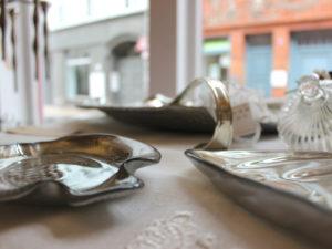 Im Außergewöhnlich - dem kleinen Geschäft und Atelier von Andrea Fritsche in der Münzstraße 33 - entstehen textile Kunstwerke für die Einrichtung.